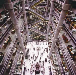 英国劳合社交易大厅。